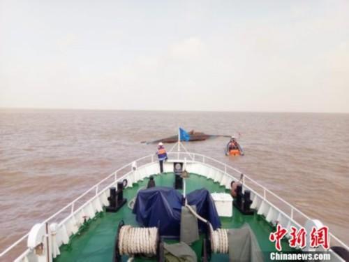 江苏盐城海域两渔船相撞一船翻扣 9人遇险